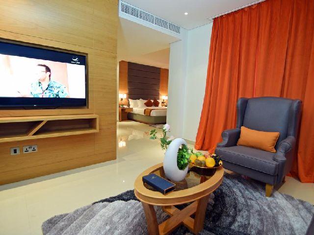غرفة المعيشة في غرفة النوم في فندق مشعل البحرين الفاخر