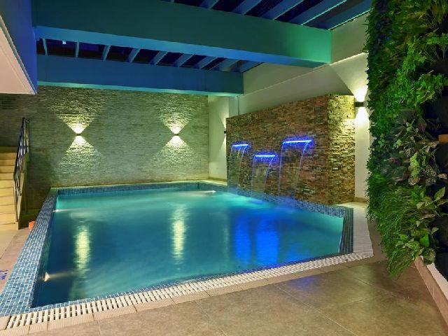 يوفر المسبح في فندق مشعل البحرين أجواء رائعة وجميلة للعوائل