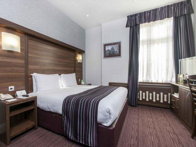 يعد فندق هوليدي ان اكسفورد سيركس من أوسع فنادق لندن اكسفورد غرفاً