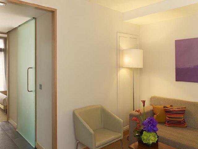غرفة معيشة في فندق بارك بلازا كاونتي هول لندن