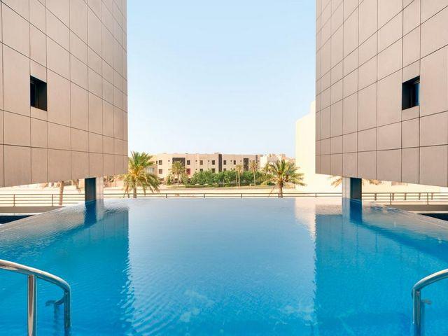 اكتشف فندق واجنحة رمادا امواج البحرين بمرافق عالية الجودة