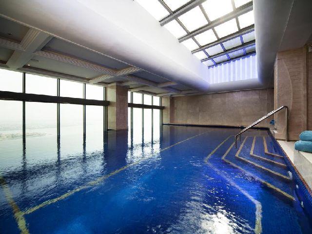 يحتوي فندق دومين البحرين المنامة على مسبح كبير يتسع لعدد كبير