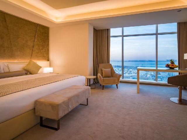 غرفة نوم بإطلالة رائعة في فندق ومركز مؤتمرات ذا غروف بحرين