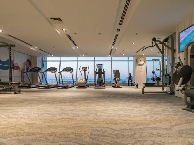 يحتوي فندق ذا غروف البحرين على نادي رياضي يتسع للكثير