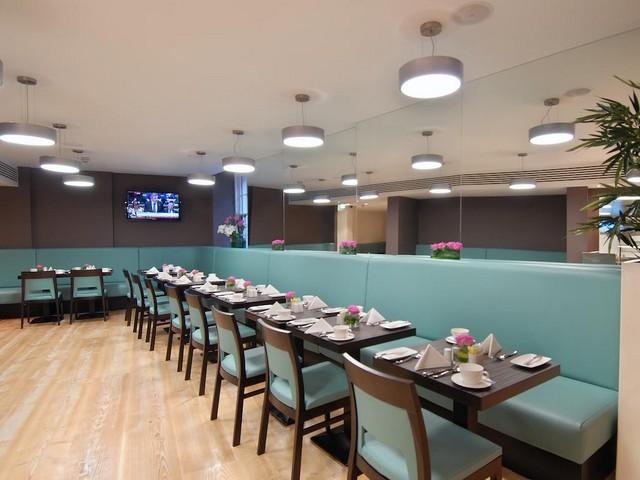يُقّدم بارك جراند لندن بادينغتون مطعم يُوفّر بدوره المأكولات الإنجليزية.