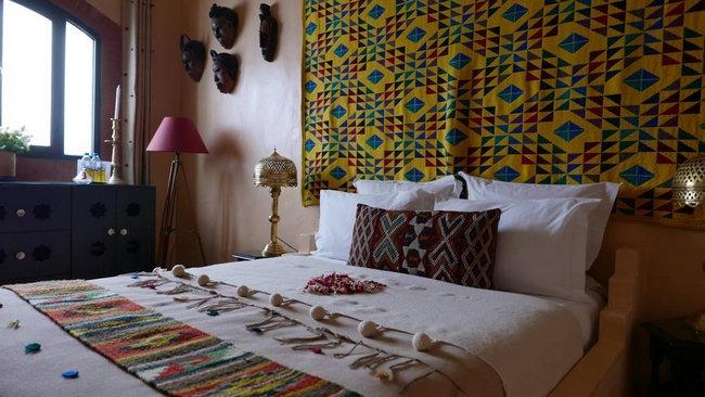 أسّرة مُزينة مع مفروشات جميلة في افضل الفنادق في طنجة