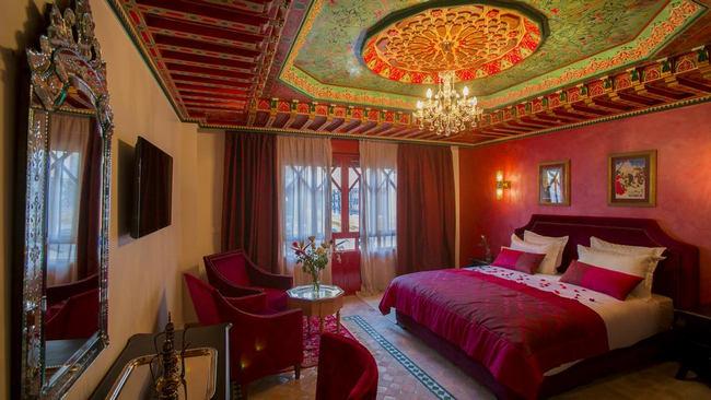 أسّرة فاخرة مع منطقة جلوس راقية في أمثل فنادق في طنجة
