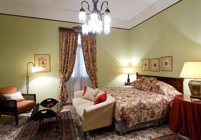 غُرف هادئة ومُريحة مفروشة بأناقة في افضل فنادق في لبنان