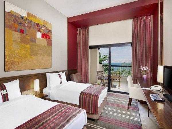 غُرف أنيقة بإطلالة على البحر في فنادق على البحر الميت