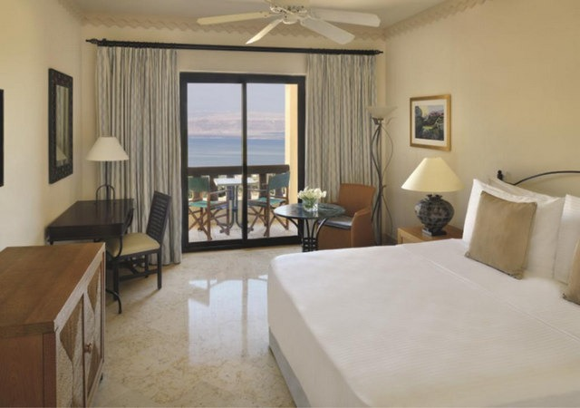 أسّرة مُريحة و تراس بديع مطل على البحر في افضل فنادق البحر الميت