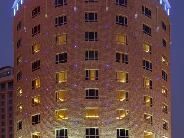 المظهر فندق سفير البحرين الدائري من الخارج والرائع