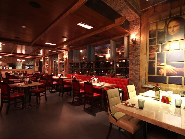 مطعم فندق سفير البحرين الذي يتميز بألأوانه الرومانسية وأثاثه الرائع