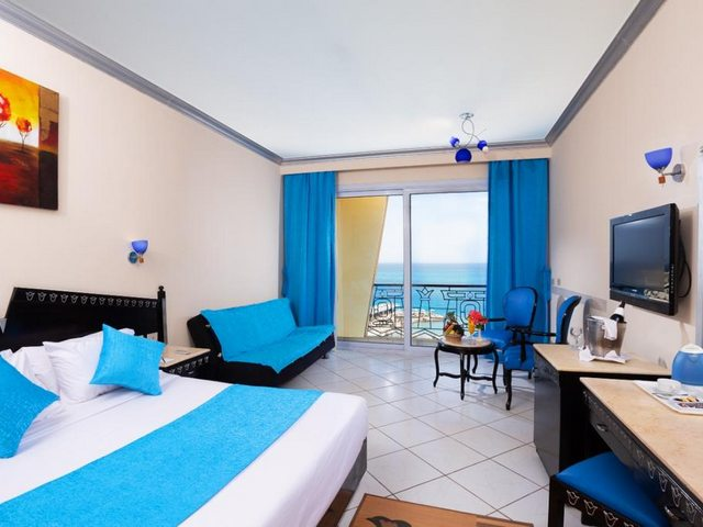يوفر فندق كينج توت الغردقه غرف مكيفة باطلالة جميلة على البحر