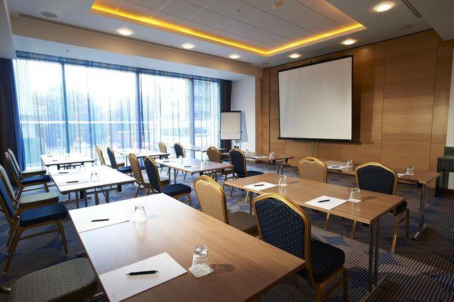 قاعة اجتماعات مجهزة في بستانا تشيلسي بريدج هوتيل