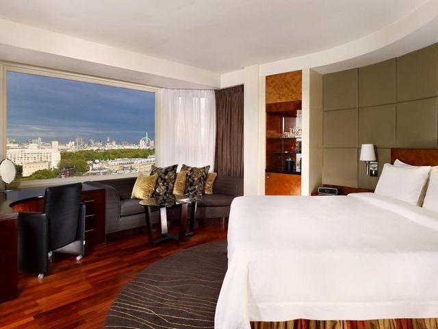 إطلالة مُبهرة في غُرف فندق شيراتون بارك تاور لندن