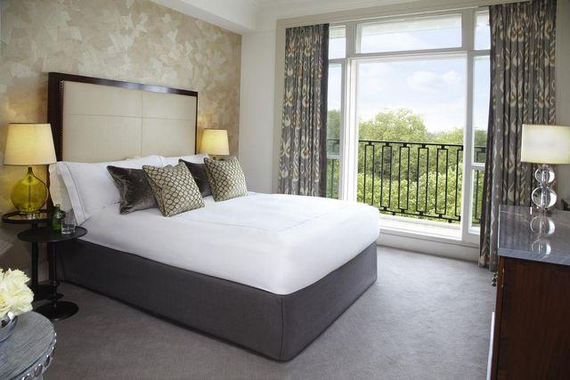 يوفر فندق بيركلي لندن غرف عصرية بإطلالة على الهايد بارك