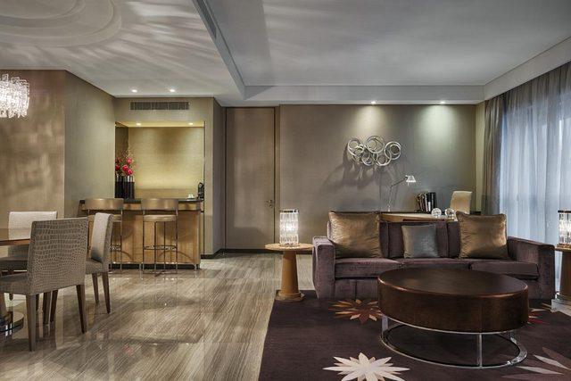 فندق ويستن البحرين يقدم غرف مزودة بغرفة جلوس وطعام