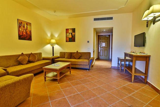 منطقة جلوس أنيقة مع شاشة تلفاز مُسطحة في فندق شارمليون جاردن اكوا بارك شرم الشيخ