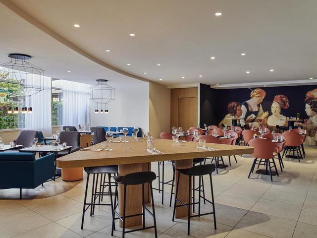 قاعة اجتماعات بأحدث التجهيزات في فندق ميركيور لاديفانس باريس