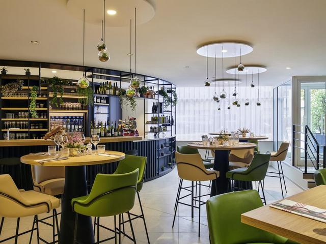 مطعم في فندق ميركيور لاديفانس باريس يقُدم أشهى المأكولات الفرنسية