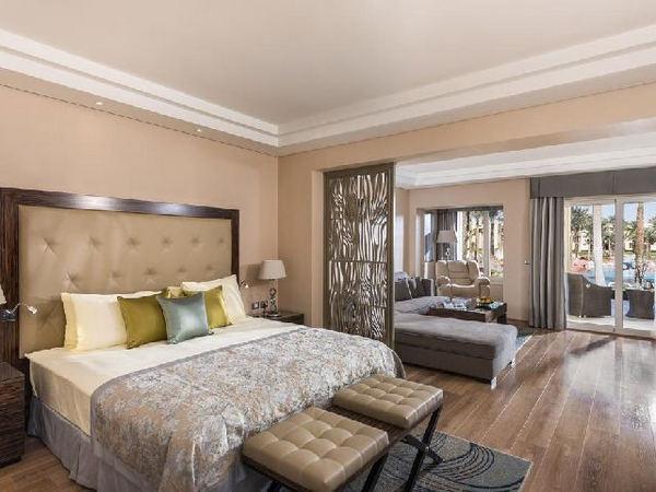 غرفة قياسية في فندق ريكسوس برايم شرم الشيخ الفاخر من بين فنادق خليج نبق 5 نجوم