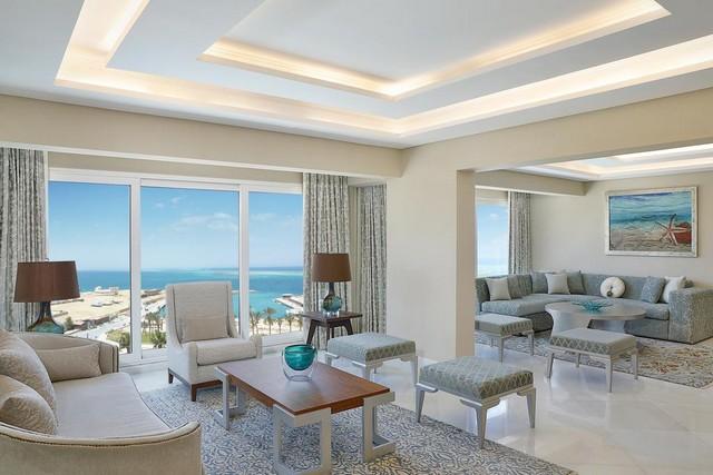 يتميز موقع فندق هيلتون بلازا الغردقة بمواجهته لشواطئ البحر في مشهد يُسر أعيُن الناظرين