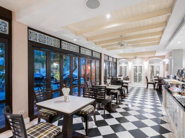 يضُم فندق سليل بانكوك مطعم يحتوي على تراس خارجي بجلسات مميزة