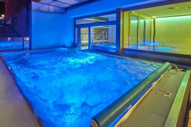 مسبح المياه الدافئة في فندق اسبن البيان لايف ستايل