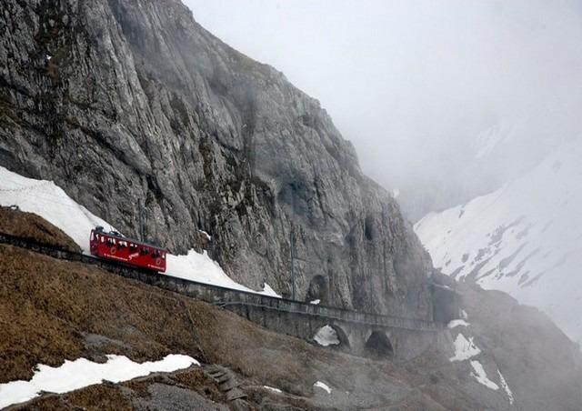 ركوب قطار المنحدر من اشهر الانشطة التي يُمكن القيام بها في قمة جبل بيلاتوس