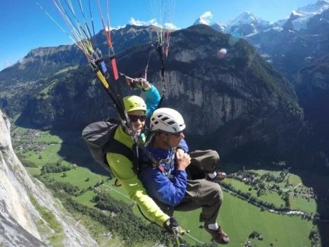 ركوب المظلات في لوتربرونن في سويسرا